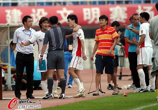 图文:[中超]陕西中建1-0长春 杜震宇质疑判罚