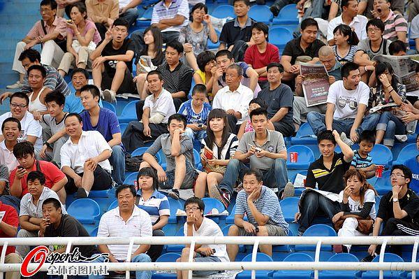 图文:[中超]陕西中建1-0长春 球迷助威子弟兵
