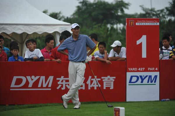 图文:职业锦标赛第二轮 南山高尔夫学生们观赛