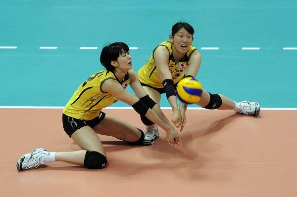 图文:日本女排1-3波兰 日本队两人接一传