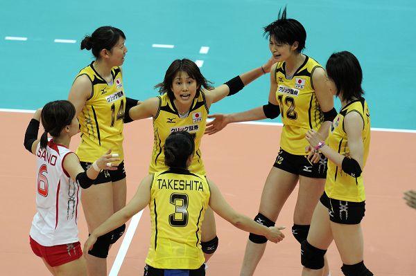 图文:日本女排1-3波兰 日本队庆祝得分瞬间