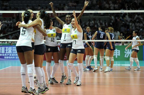 图文:巴西女排3-0横扫意大利 巴西队庆祝得分