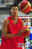 组图:世锦赛中国男篮备战希腊 易建联神情专注