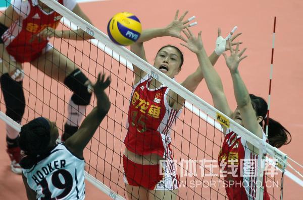 图文:中国女排0-3美国 马蕴雯动作夸张