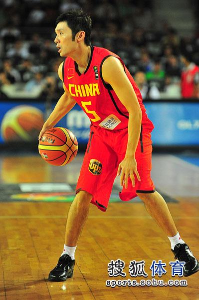 图文:男篮世锦赛中国首战希腊 刘炜运球
