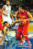 图文:男篮世锦赛中国首战希腊 王仕鹏造犯规