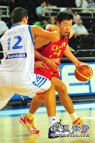 图文:男篮世锦赛中国首战希腊 王治郅突破