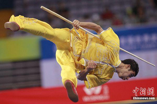 图文:武搏会武术套路比赛 男子棍术精彩