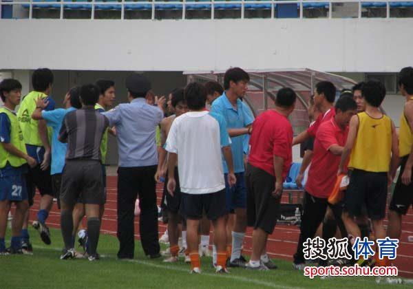 图文:[中甲]日之泉4-2南京 南京替补席混乱