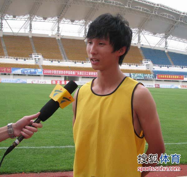 图文:[中甲]日之泉4-2南京 尹鸿博接受采访