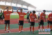 图文:[中甲]日之泉4-2南京 赛后答谢球迷