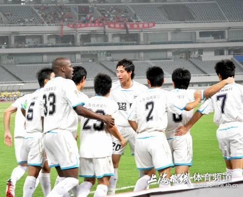 图文:[中甲]东亚4-1中邦 张琳�M祝贺