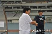 图文:[中甲]东亚4-1中邦 昔日战友握手