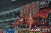 图文:[中甲]东亚4-1中邦 球迷大旗飘