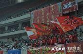 图文:[中甲]东亚4-1中邦 球迷红色旗帜飘
