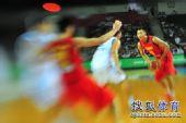 图文::世锦赛中国首战不敌希腊 阿联准备传球