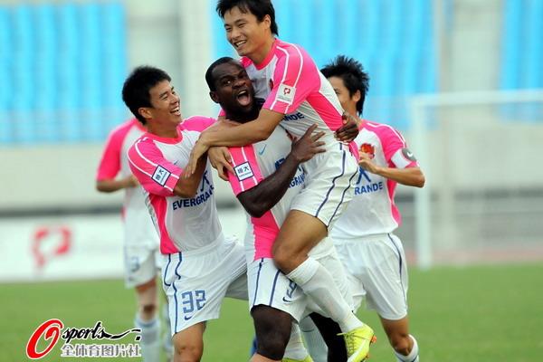 图文:[中甲]安徽0-4恒大 郜林比奇庆祝
