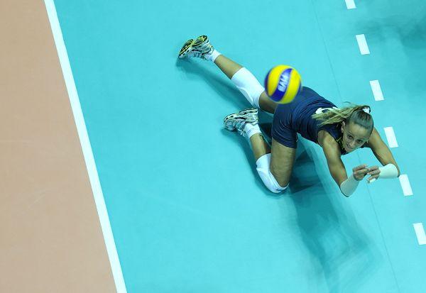 巴西美女救球