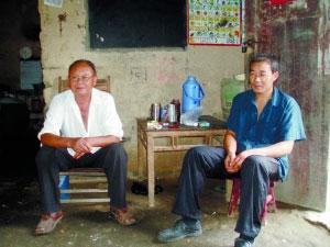 河南省商城县伏山乡石冲村蒋本华(左)一家。副处级干部郑强驻村后,到他家了解村情,还未坐定,便被村干部接回了乡政府。 本报记者 黄玉浩 摄