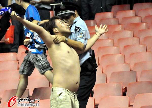 赤膊球迷遭警察锁喉