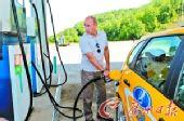 普京试驾国产品牌拉达汽车 亲自给车加油