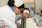 图文:[中甲]沈阳悍将完成手术 护士护理冯绍顺