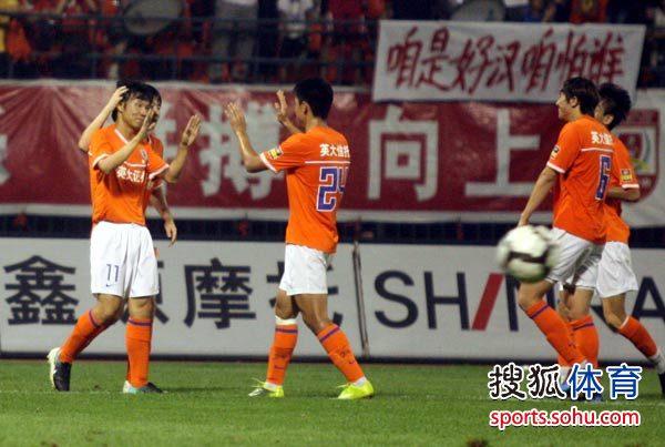 图文:[中超]山东3-0江苏 吕征祝贺邓卓翔