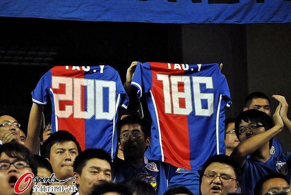 图文:[中超]上海1-1大连 球迷祝贺于涛破纪录