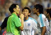 图文:[中超]上海1-1大连 实德球员不满判罚