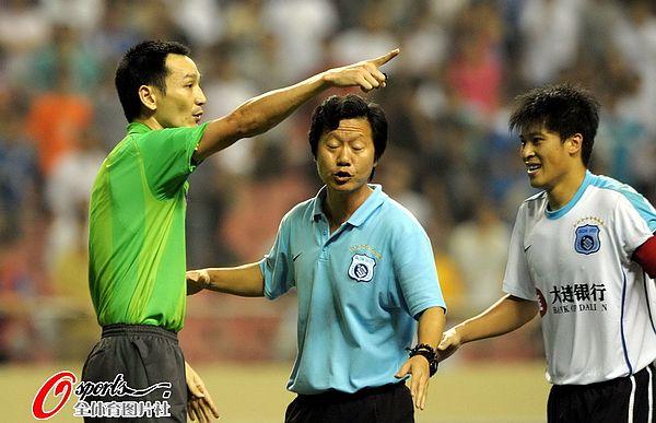 图文:[中超]上海1-1大连 张耀坤劝解教练