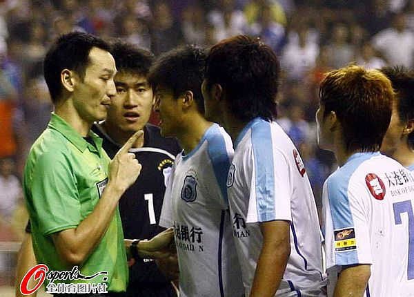 图文:[中超]上海1-1大连 张耀坤质疑裁判