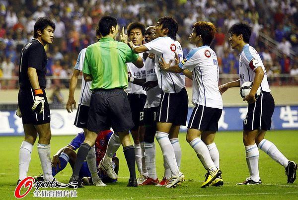 图文:[中超]上海1-1大连 现场乱作一团
