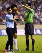 图文:[中超]上海1-1大连 裁判勒令教练离场