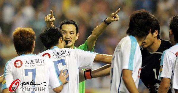 图文:[中超]上海1-1大连 裁判彰显权威