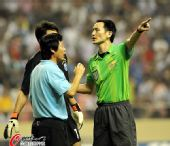 图文:[中超]上海1-1大连 裁判维持秩序