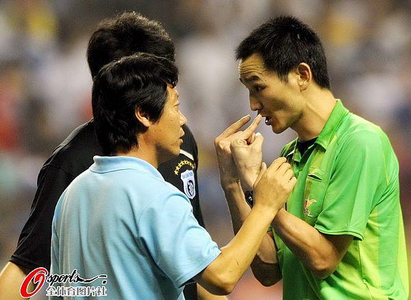 图文:[中超]上海1-1大连 裁判释疑判罚