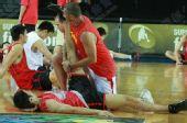 图文:[男篮世锦赛]中国备战波多黎各 刘炜拉腿