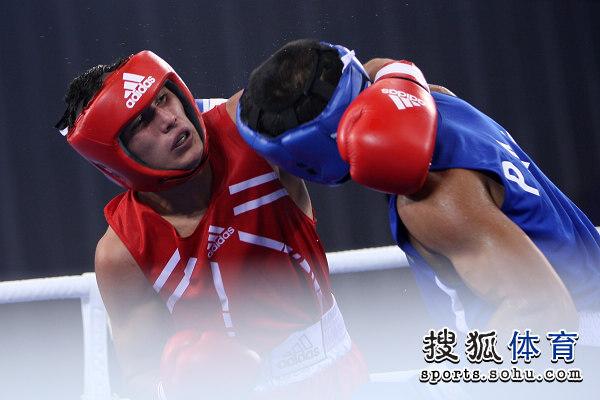 图文:武搏会拳击75公斤级四强赛 拳手对抗瞬间