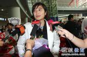 图文:中国羽毛球队载誉抵京 王琳接受采访