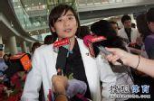 图文:中国羽毛球队载誉抵京 王琳被媒体包围