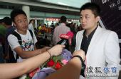 图文:中国羽毛球队载誉抵京 郑波接受采访