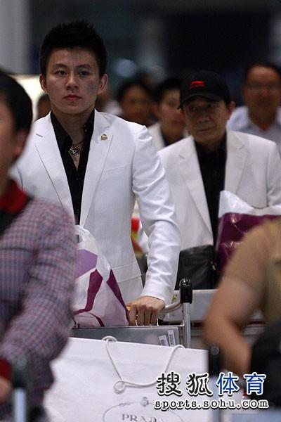 图文:中国羽毛球队载誉抵京 郭振东和汤仙虎