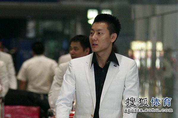 图文:中国羽毛球队载誉抵京 陈金被什么吸引