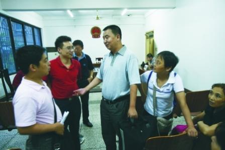 昨日,市五中院,中国天府可乐集团公司(重庆)总经理钱黄(右)在介绍相关情况。本组图片由记者 唐浩 摄