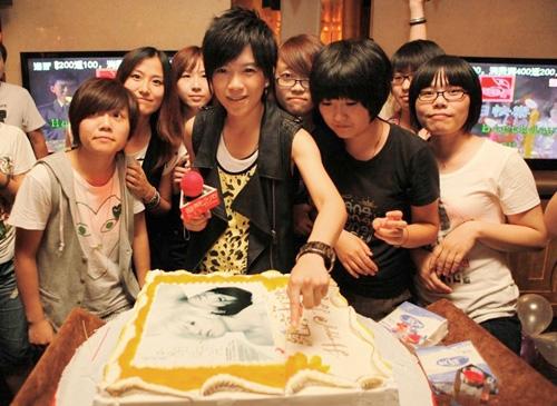 张芸京一起与歌迷切蛋糕
