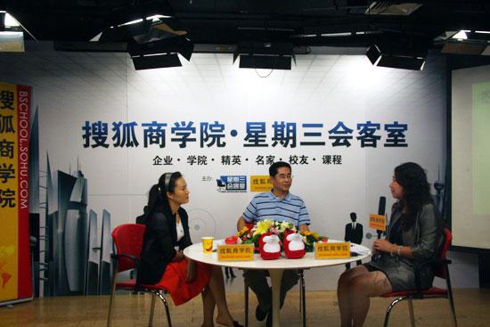 北京科技大学经济管理学院EMBA中心主任何枫(中)、中南财经政