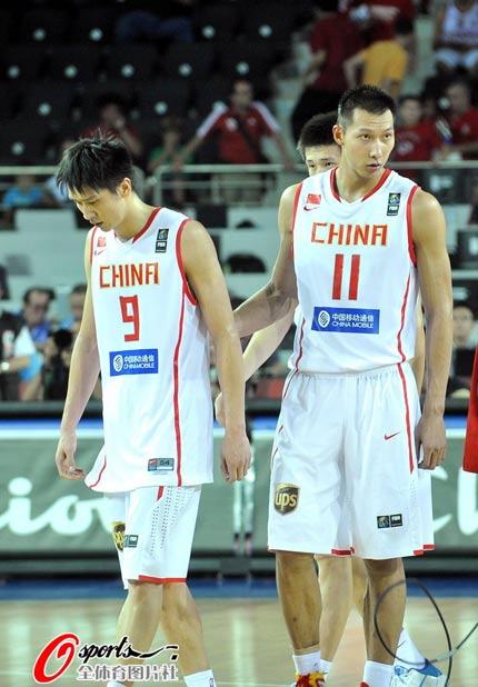 图文:[男篮世锦赛]中国VS俄罗斯 孙悦低头