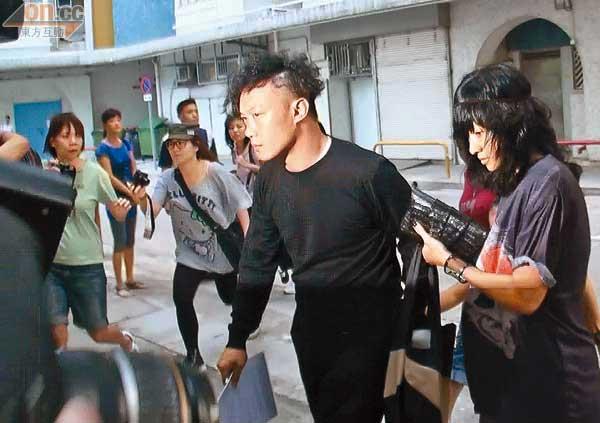陈奕迅看到记者即时黑面皱眉