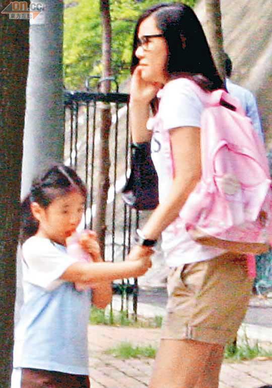 素颜范姜接女儿放学,钟懿很乖