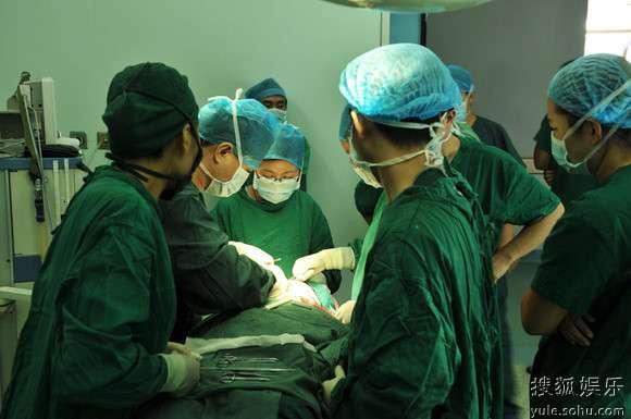 医生们正在紧张的手术中